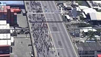 Funcionários do Comperj fecham a Ponte Rio-Niterói - Os manifestantes estão concentrados no vão central, em protesto contra a demissão de quase 500 funcionários de uma empresa terceirizada.