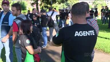 Agentes penitenciários se unem em assembleia - Servidores estão reunidos no Centro Cívico de Curitiba.
