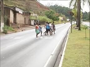 Calendário: parte dos problemas reclamados no Bairro Caladinho, em Fabriciano, continuam - Bairro fica próximo a BR-381, mas local de acesso não possui uma faixa de pedestres.