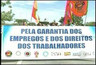 Protesto interdita BR-101 por mais de duas horas em Campos, no RJ - Moradores reclamam da demora na entrega de casas populares.
