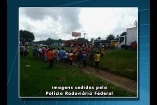 Caminhoneiros fecham BR-316 durante protesto - Manifestantes protestaram contra fiscalização da PRF.
