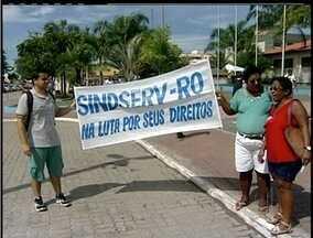 Servidores públicos de Rio das Ostras, RJ, entram em greve - Grupo protestou em frente a prefeitura.