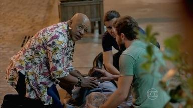 Felipe foge e Xana cuida de Cláudio - Enrico se lembra das discussões que teve com o pai