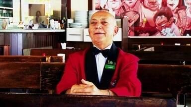 Garçom que vive há 37 anos em Brasília fala da sua paixão pelo trabalho - O nordestino Ciço, de 65 anos, chegou à Brasília há 37 anos. O lugar favorito é o Beirute, onde ele trabalha. O local foi criado em 1966 e tem tradição de boemia.