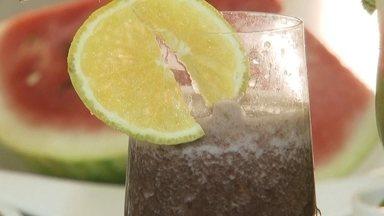 Aprenda dois sucos recomendados para a época de carnaval - A receita energizante leva açaí, água de coco, abacaxi, hortelã, gengibre e gelo. Para depois da folia, misture água de coco, laranja, couve, gengibre, hortelã e gelo.