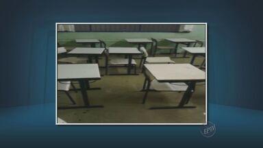 Aluno grava vazamento em escola de Cordeirópolis durante chuva - A água vazava pela luminária e pelo ventilador.