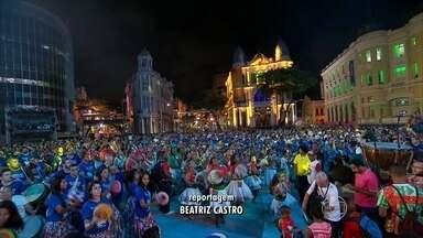 Elba Ramalho participa de ensaio para a abertura do carnaval no Recife - Foi o último ensaio geral da abertura do carnaval do Recife. Quem passava pelo Marco Zero se surpreendeu.