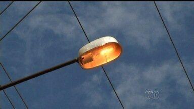 Moradores reclamam de desperdício de energia em Luziânia, Goiás - Moradores reclamam de desperdício no consumo de energia em Luziânia, em Goiás. As lâmpadas das ruas ficam ligadas durante o dia.