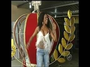 Escolas de samba de Botucatu se preparam para desfilar no carnaval 2015 - Em Botucatu (SP), três escolas de samba vão desfilar este ano. Fantasias e adereços já estão quase prontos. A hora é de afinar os instrumentos, trazer o samba enredo na ponta da língua e ter muito samba no pé.
