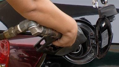 Na fronteira, brasileiros aproveitam os preços dos combustíveis no Paraguai - Este ano é a quarta vez que a Petrobras anuncia uma redução nos preços dos combustíveis