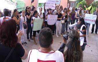 Enfermeiros e técnicos protestam por pagamento de benefícios atrasados no Palácio Araguaia - Enfermeiros e técnicos protestam por pagamento de benefícios atrasados no Palácio Araguaia