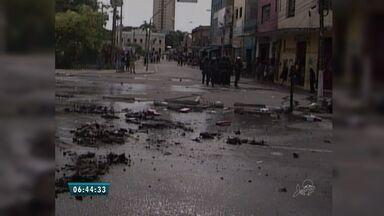 Feirantes entram em confronto com polícia, no Centro de Fortaleza - Impasse dos comerciantes com prefeitura resulta em conflito.