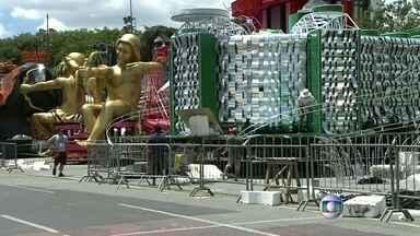 Escolas trabalham na montagem das alegorias no Sambódromo - O palco onde toda a alegria do carnaval irá desfilar deve estar à altura da festa. Por isso, foi realizada vistoria na passarela do samba para evitar problemas na hora dos desfiles.