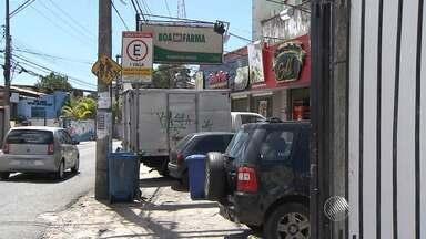 """""""Pontos viciados"""" causam transtornos no bairro Federação, em Salvador - Motoristas estacionam carros onde a vaga é para apenas um veículo, e impede a passagem de pedestres."""