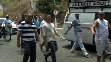 Vigilantes e alunos de escolas públicas realizam protesto em Maceió - Mobilização ocorreu nesta quinta-feira (12). Estudantes reclamam da falta de transporte escolar, e os vigilantes, de demissões.