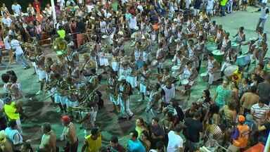 Bloquinhos e fanfarras relembram os carnavais das antigas no primeiro dia de festa - A Barra foi invadida por famílias, grupos de amigos, que mantiveram a tradição de usar fantasias e dançar ao som de marchinhas.