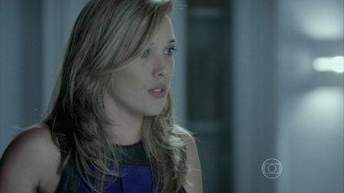 Amanda revela outro segredo de Silviano - Ela comenta com Clara e Lucas que se lembra da época em que o mordomo frequentava a casa de seus pais