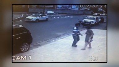 Câmera flagra roubo de carro em frente a salão de beleza em Goiânia - Vítima, acompanhada de criança, foi abordada logo após estacionar. Suspeito estava armado e também roubou celular; ele segue foragido.