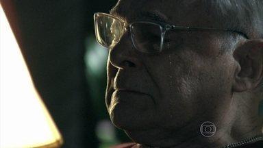 Silviano chora olhando foto de seu casamento com Maria Marta - Marta estranha a ausência do mordomo