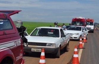 Capotamento deixa dois mortos na BR-364 em Portelândia - Segundo a Polícia Rodoviária Federal (PRF), no sábado (14), uma caminhonete com placa de Mato Grosso saiu da pista e capotou várias vezes até parar em uma lavoura de soja.
