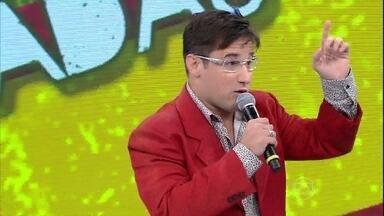 Felipe Pontes faz várias imitações no palco do Domingão - Repertório do humorista inclui Luciano Huck, Tony Ramos e mais