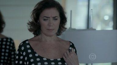 Maria Marta estranha a ausência de Silviano - A doméstica abre a porta e Marta questiona sobre a ausência do mordomo
