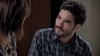 José Pedro tenta convencer Maria Clara a ajudá-lo - Pedro acredita ter conseguido o apoio de Clara para interceder por ele e Merival junto a José Alfredo