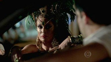 Xênia manda Pietro seguir a van de Juliane - Arnoldão reconhece o esforço de Juju para voltar a desfilar e se declara para a amada