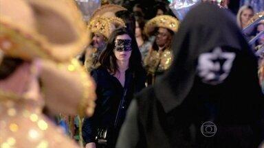 Cora percebe a presença de estranho homem fantasiado de Morte - Antoninho recebe a notícia de que van que transportava Juju capotou e Xana se desespera