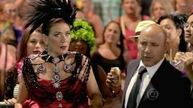 Marta é hostilizada no sambódromo - Antoninho avisa que ricaça desfilará ao lado de Tony Ramos