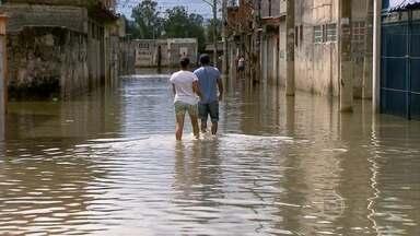 Forte chuva provoca enchentes e alagamentos no estado de São Paulo - Na capital paulista, o rio Tietê transbordou e bairros ficaram alagados. Temporal também ajudou a encher o reservatório do Sistema Cantareira.