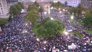 Governo argentino e oposição trocam acusações após Marcha do Silêncio - Manifestação em homenagem ao procurador Alberto Nisman, morto há um mês, reuniu mais de 450 mil pessoas em Buenos Aires. O chefe de gabinete, Jorge Capitanich, disse que por trás da manifestação havia uma oposição que potencializou o silêncio.