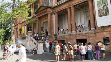 Visitantes enfrentam filas quilométricas na Pinacoteca - Visitantes enfrentam filas quilométricas na Pinacoteca para ver a Exposição do australiano Ron Mueck, que acaba neste domingo (22).