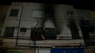 Incêndio em prédio residencial deixa 11 feridas em SP - O incêndio começou às 3h30 no bairro de Pinheiros, zona oeste da capital de São Paulo. Vinte duas equipes dos Bombeiros combateram o incêndio.