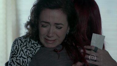 Marta chora nos ombros de Du - A madame entra no quarto e quebra tudo o que vê pela frente