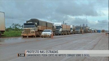Protesto de caminhoneiros bloqueia estradas do Centro-Oeste, do Sudeste e do Sul do país - Categoria pede a diminuição do ICMS, cobrado sobre o óleo diesel, e a prorrogação de dívidas.