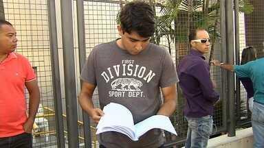 Mais de 10 mil candidatos disputam 350 vagas para agente prisional - Mais de 10 mil pessoas prestaram o concurso para o cargo de agente prisional, em Goiás.