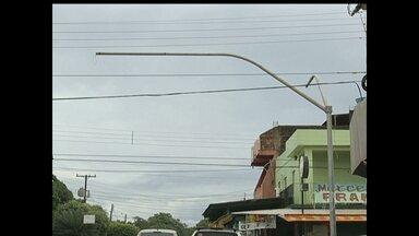 Falta de sinalização prejudica motoristas e pedestres no bairro Aparecida - Dois postes de sinalização foram colocados no cruzamento da Avenida Borges Leal com a Travessa Moraes Sarmento mas até agora os semáforos não foram implantados no local.