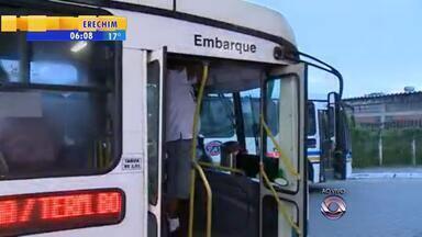 Ônibus da Restinga já sai lotado do terminal em direção centro - Aumento da tarifa também incomoda os passageiros.