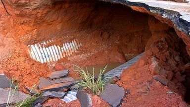 Cratera se abre na MT-246 e deixa trânsito bloqueado - Uma cratera se abriu na pista da MT-246, entre Jangada e Barra do Bugres, e o trânsito ficou bloqueado.