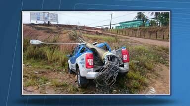 Viatura bate e derruba poste em Santo Antônio de Jesus - Policiais informaram que veículo apresentou falha mecânica.