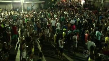 Show de Naldo encerra Carnaval de Três Rios, RJ - Antes de subir ao palco, cantor recebeu fãs no camarim.