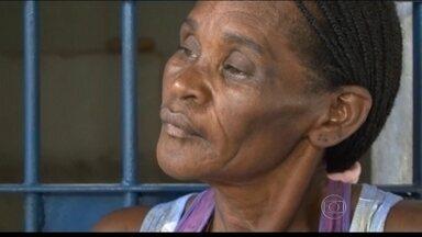 Liberada idosa que foi presa por não pagar pensão de netos - Benedita Conceição dos Santos, de 63 anos, estava presa há 13 dias, em Nova Viçosa, na Bahia. Ela ficou responsável pelo pagamento da pensão pois o filho estava desempregado. Ela foi solta depois que moradores doaram dinheiro para fiança.
