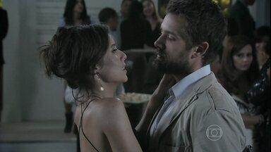 Vicente autoriza Clara a marcar a data do casamento - Enrico avisa à ex que vai ficar mais alguns dias no Brasil e pede que ela pense em sua proposta
