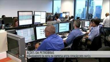 Ações da Petrobras sofrem forte queda classificação da Moody's - Baixa afetou a cotação dos papéis de outras empresas ligadas ao governo, como o Banco do Brasil.