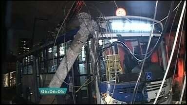 Ônibus bate em poste em SP e transformador atinge cobrador - O ônibus bateu em poste e um transformador atingiu cabeça de cobrador no Tucuruvi, na Zona Norte de São Paulo, na noite de quarta-feira (26). Passageiros disseram que o motorista estava em alta velocidade. Já representantes da empresa disseram que um carro cortou o ônibus e o motorista acabou não vendo o poste.