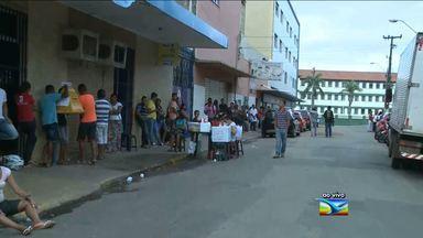 Em São Luís, trabalhadores continuam dormindo em frente ao Viva Cidadão - Em São Luís, trabalhadores continuam dormindo em frente ao Viva Cidadão para conseguir atendimento.