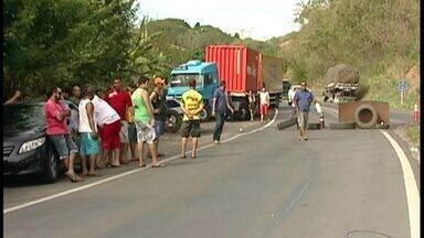 Caminhoneiros liberam BR 262, mas prometem mais paralisações no ES - Alguns caminhoneiros no local, afirmaram que outro ponto da BR será fechado no domingo