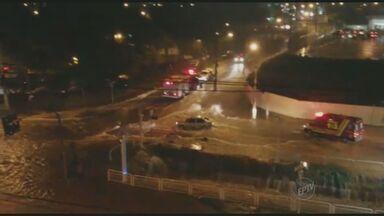 Chuva abre cratera, motorista não vê e carro fica preso em Americana - A cidade também teve ruas e avenidas alagadas por causa do temporal desta quarta-feira (25).