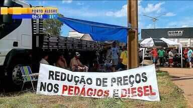 Caminhoneiros mantém paralisação em pelo menos 12 pontos no Norte do RS - Em Soledade, RS na BR-386 cerca de 3 km estão parados.